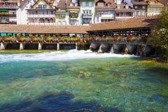 Aaren flödar till och med staden av Thun Royaltyfri Foto