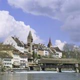 Aargau-Berichts-Schweizer Bezirk-alte Stadt Bremgarten mit Fluss Reuss stockfotos