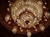 Aarge ljuskrona i den nationella operan Royaltyfria Foton