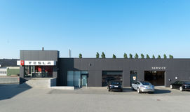 Aarhus, Dänemark - 14. September 2016: Autos, die an Tesla Service warten Stockfotografie