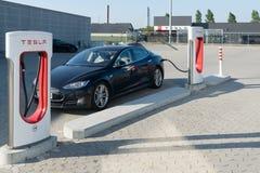 Aarhus Dani, Wrzesień, - 14, 2016: Tesla samochód ładuje przy obrazy stock