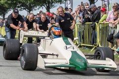 AARHUS, DINAMARCA - 28 DE MAYO DE 2016: Christian Hope en Lola Larousse Ford Cosworth, en la raza clásica Aarhus 2016 Imágenes de archivo libres de regalías