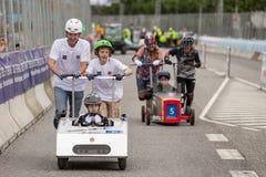 AARHUS, DINAMARCA - 27 DE MAYO DE 2016: Príncipe Joachim de HRH con príncipe Henrik en la carrera de coches del soapbox, en la ra Imágenes de archivo libres de regalías
