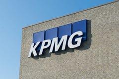 Aarhus, Dinamarca - 14 de septiembre de 2016: Logotipo de KPMG en el edificio Fotos de archivo libres de regalías