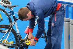 Aaron Harris que prepara-se antes da raça do triathlon Foto de Stock Royalty Free