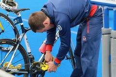 Aaron Harris som förbereder sig för triathlonlopp Royaltyfri Foto