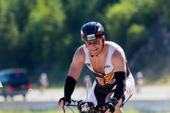 Aaron Shocket i den Coeur d'en Alene Ironman som cyklar händelse Arkivfoto