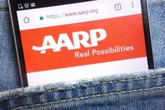 AARP Amerykański skojarzenie Przechodzić na emeryturę Persons strona internetowa wystawiająca na smartphone chującym w cajgach wk zdjęcia stock