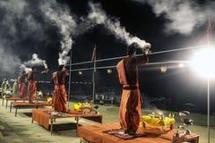Aarti σε Assi Ghat στο Ganga στο Varanasi, Ινδία στοκ εικόνες