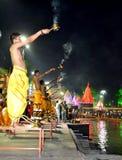 Aarti de execução do dhup de Pandits do kshipra do rio no mela 2016 do kumbh de Maha do simhasth, Índia de Ujjain Imagens de Stock