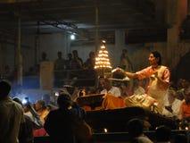 Aarti joven de la conducta de los sacerdotes del Brahmin Fotos de archivo libres de regalías