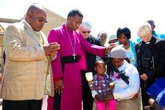 Aartsbisschop Priest Praying voor zijn congregatie royalty-vrije stock foto's