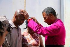 Aartsbisschop Priest Praying voor zijn congregatie royalty-vrije stock afbeelding