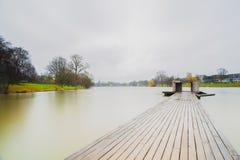 木码头和小船在曼斯特Aasee,当下雨时 免版税库存图片