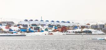 Aasiaat centrum miasta infrastruktura, widok od morza Zdjęcie Royalty Free