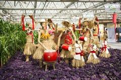 AAsian kines, Peking, åkerbruk Carnivalï ¼ŒLandscape orientering, fågelskrämman, i att spela för Kina folkmusik Arkivbild