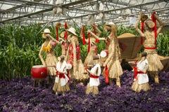 AAsian kines, Peking, åkerbruk Carnivalï ¼ŒLandscape orientering, fågelskrämman, i att spela för Kina folkmusik Arkivfoto