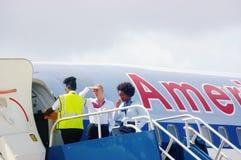 Aattentive stewardesy amerykanina linie lotnicze Fotografia Stock