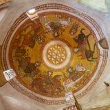 Abóbada com as pinturas cópticos do fresco que incluem a flor da vida na igreja de St Paul & de St Mercurius, Egito imagens de stock royalty free