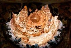 Abóbada com policromo e esculturas dentro da catedral de Toledo imagens de stock