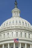 Abóbada da construção do Capitólio do Estados Unidos com bandeira americana fotos de stock