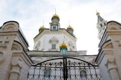 Abóbada da igreja com duas torres e portas fechados do ferro imagem de stock