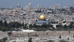 Abóbada da mesquita da rocha em Temple Mount com o cityskyline velho do Jerusalém vídeos de arquivo