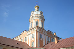 A abóbada da sacristia de Alexander Nevsky Lavra no fundo do céu azul St Petersburg Foto de Stock Royalty Free