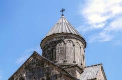 Abóbada de pedra do guarda-chuva com cruz do ferro na igreja da mãe santamente Blessed, no monastério de Haghartsin perto de Dili imagem de stock
