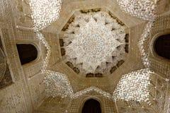 Abóbada de Salão das duas irmãs no complexo real de Alhambra Imagem de Stock