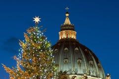 A abóbada de St Peter e a árvore de Natal - ascendente próximo Fotos de Stock