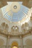 Abóbada de vidro com colunas e testes padrões geométricos, Londres Inglaterra foto de stock royalty free