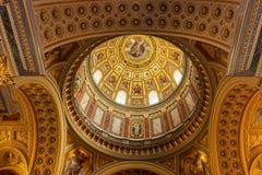 Abóbada dentro da basílica de St Stephen em Budapest, Hungria foto de stock