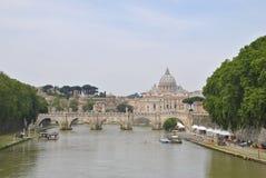Abóbada do ` s de St Peter no fundo e no rio de Tibre Imagens de Stock Royalty Free