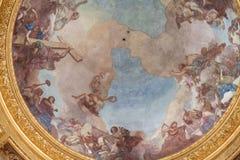 Abóbada do túmulo de Napoleon Bonaparte em Les Invalides decorado do interior com fresco religiosos fotografia de stock