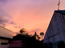 Abóbada do telhado no meio do céu antes da obscuridade Foto de Stock Royalty Free