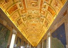 Abóbada dourada de um corredor nos museus do Vaticano Fotos de Stock Royalty Free