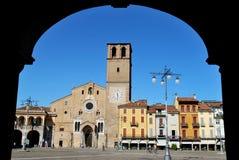 Abóbada e quadrado Romanic em Lodi, Italy imagens de stock