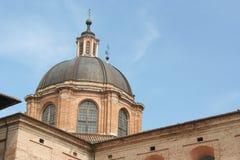 Abóbada e telhado do palácio da autoridade em Urbino do centro fotos de stock
