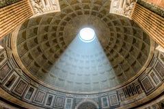 Abóbada interior do panteão com a luz solar que brilha em Roma fotos de stock