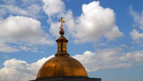 A abóbada na colunata da catedral do ` s do St Isaac contra o céu com nuvens Fotografia de Stock Royalty Free