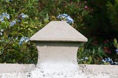 abóbada Partícula-dada forma dos muros de cimento que cercam a casa Fotografia de Stock Royalty Free