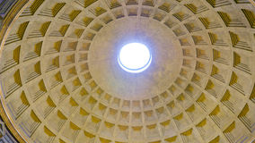 A abóbada surpreendente do panteão em Roma imagem de stock