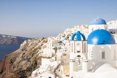 Abóbadas azuis na vila de Oia, Santorini Grécia Fotos de Stock Royalty Free