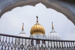 Abóbadas brancas e douradas das mesquitas imagem de stock