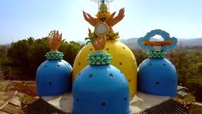Abóbadas coloridas do pagode da imagem superior irreal com mãos filme