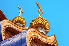 Abóbadas com cruzes na igreja ortodoxa de madeira Foto de Stock Royalty Free