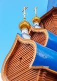 Abóbadas com cruzes na igreja ortodoxa de madeira Fotografia de Stock Royalty Free