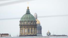 Abóbadas da catedral de Kazan e da catedral no verão - St Petersburg de Isaac, Rússia filme