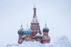 Abóbadas da catedral do ` s da manjericão de Saint após a grande queda de neve do inverno, Moscou, Rússia Imagens de Stock